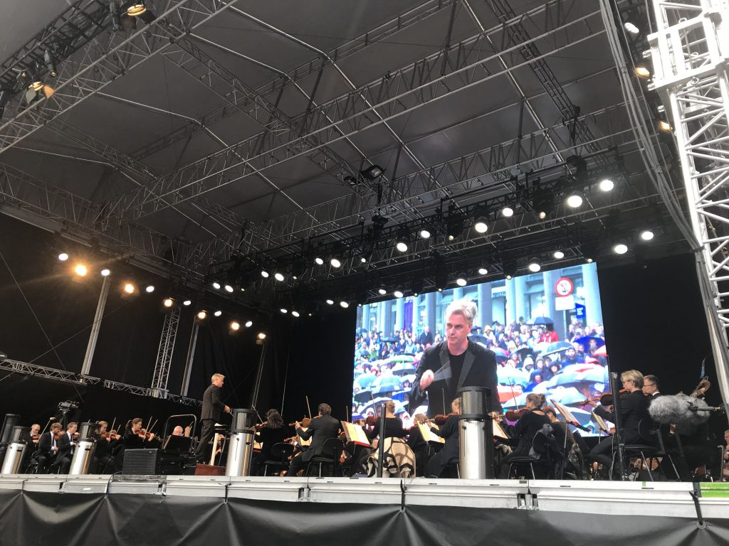 Summer concert of the Bergen Filharmoniske Orkester under conductor Edward Gardner on August 17, 2018. On the big screen you get a glimpse of what the weather was like...